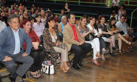 El Alcalde René de la Vega entregó las Becas de Vestuario Escolar 2017