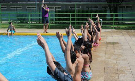 ESTUDIANTES DE CONCHALÍ ASISTEN A CLASES DE NATACIÓN GRATUITAS
